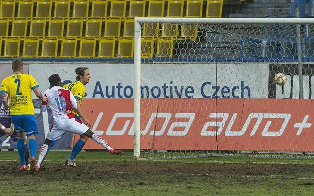 Zleva Ondřej Mazuch z Teplic, Oscar ze Slavie, který střílí gól a David Heidenreich z Teplic.