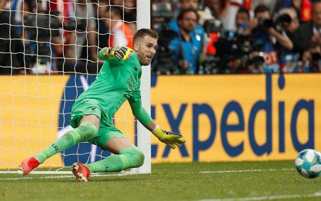 Liverpoolský brankář Adrián při neúspěšném pokusu Tammyho Abrahama z Chelsea.