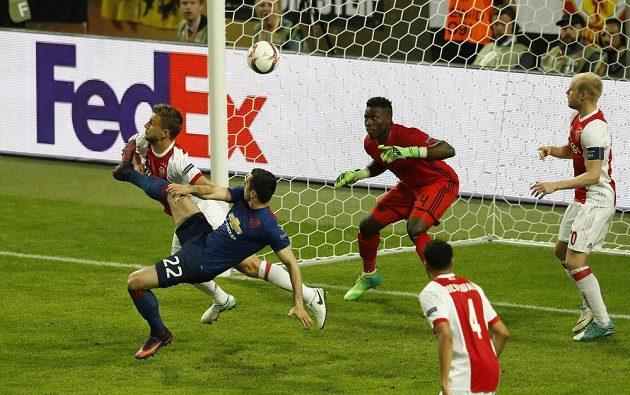Henrich Mchitarjan z Manchesteru United se prosadil zády k bráně.