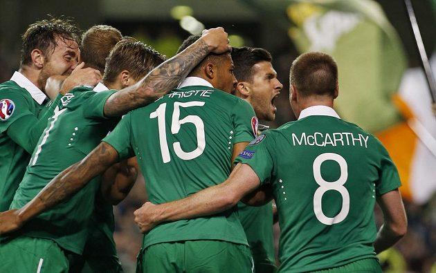 Fotbalisté Irska slaví gól nad Německem v kvalifikaci ME 2016.