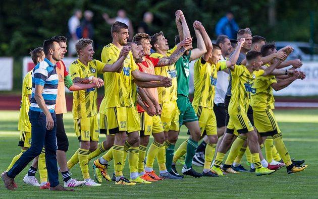 Fotbalisté Varnsdorfu se radují z výhry.