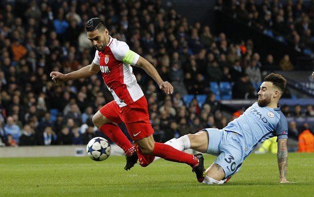 Útočník Monaka Radamel Falcao padá po zákroku Nicolase Otamendiho z Manchesteru City. Penalta!