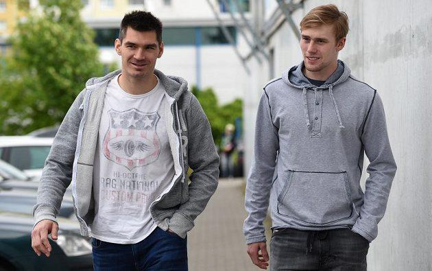 Hokejisté Jan Kolář (vlevo) a Jiří Sekáč přichází na sraz hokejové reprezentace před nadcházejícím MS.