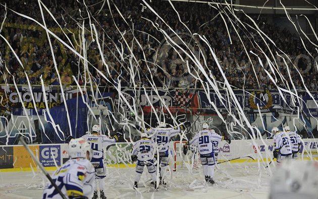 Hokejisté Brna slaví s fanoušky postup do semifinále play off extraligy.