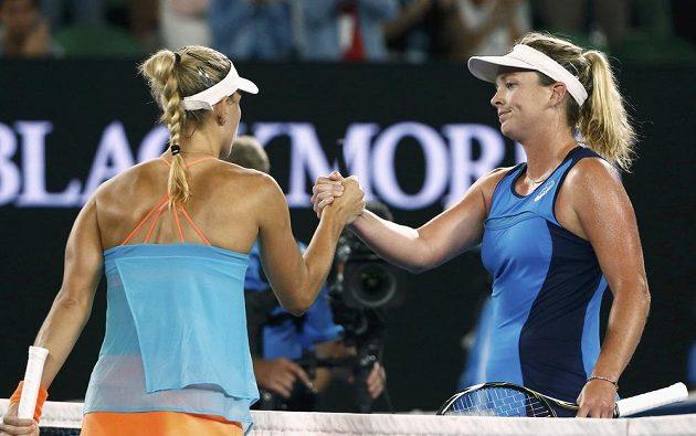 Angeliqur Kerberová (vlevo) gratuluje k postupu do čtvrtfinále Coco Vandewegheové.