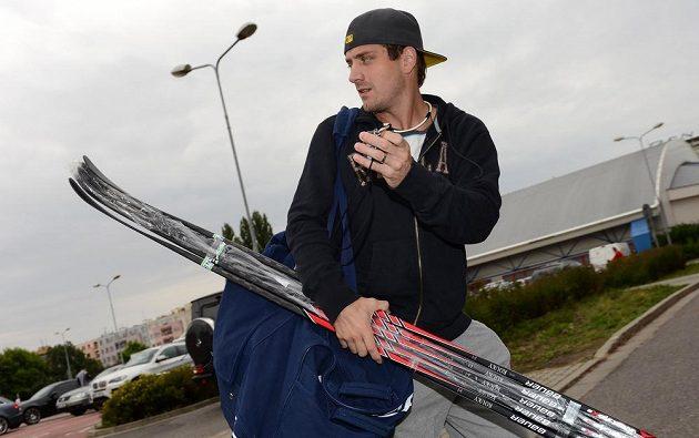 Útočník Petr Koukal přichází na sraz hokejové reprezentace v Pardubicích.