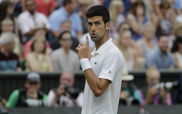 Gesto Novaka Djokoviče během semifinále Wimbledonu proti Rafaelu Nadalovi.