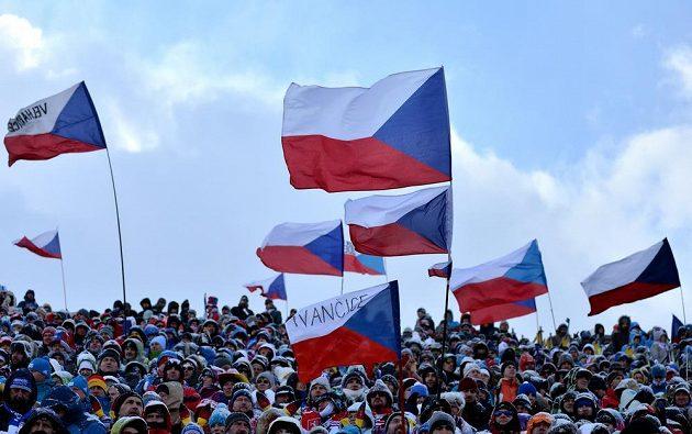 Fanoušci během stíhacího závodu v rámci SP v biatlonu ve Vysočina areně.