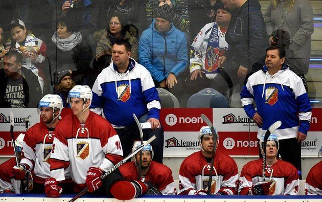 Chomutovská střídačka byla bez hlavního kouče Vladimíra Růžičky, v modrobílých mikinách jsou jeho asistenti (zleva) Jan Šťastný a Břetislav Kopřiva.