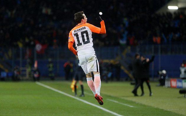 Fotbalista Šachtaru Doněck Bernard se raduje z gólu proti Manchesteru City.