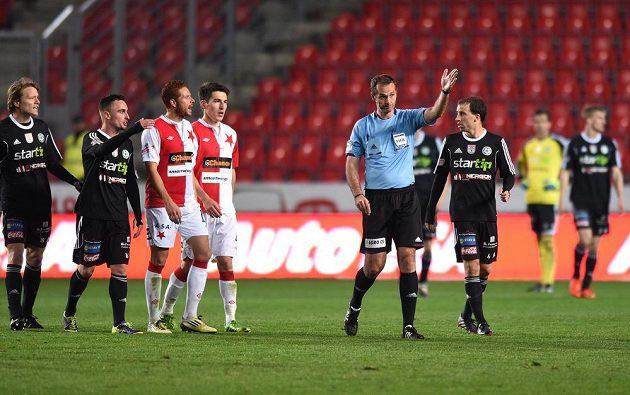Rozhodčí Libor Kovařík přerušuje zápas a vyzývá hráče k odchodu během utkání 27. kola Gambrinus ligy Slavie s Příbramí.