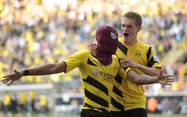 Střelec gólu Pierre-Emerick Aubameyang s maskou Spidermana se raduje společně se spoluhráčem z Borussie Dortmund Matthiasem Ginterem z gólu do sítě Bayernu.
