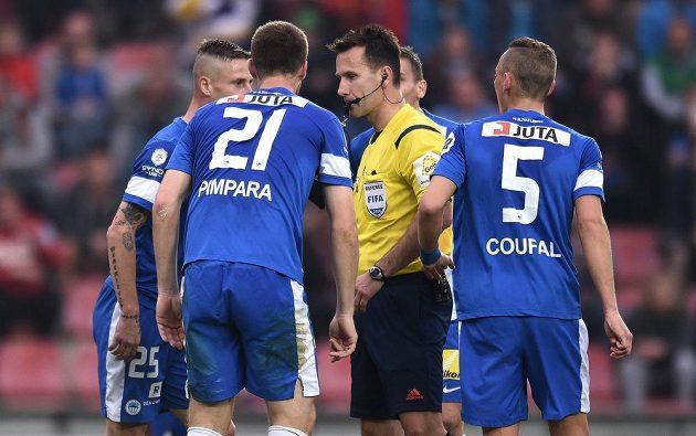Fotbalisté Liberce marně protestují u rozhodčího Radka Příhody proti nařízené penaltě během utkání se Spartou.