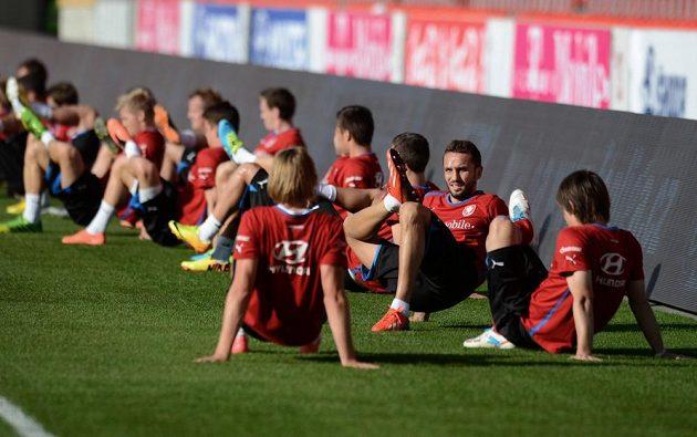 Hráči české reprezentace (druhý zprava Tomáš Sivok) během předzápasového tréninku před utkáním kvalifikace MS s Armenií na stadiónu Eden v Praze.