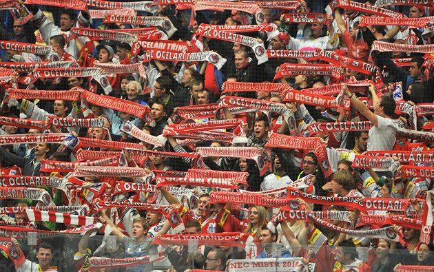 Třinečtí fanoušci během duelu ve Vítkovicích.