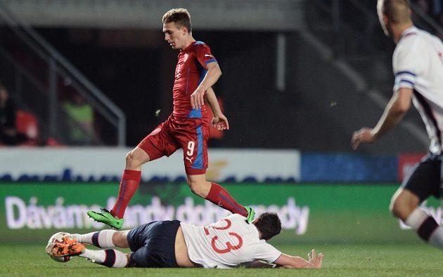 Český záložník Bořek Dočkal (nahoře) a Vegard Forren z Norska během přátelského utkání v Praze.