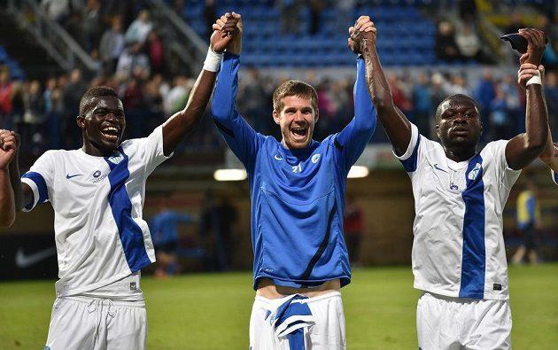 Fotbalisté Liberce (zleva) Isaac Sackey, Jiří Pimpara a Kevin Luckassen děkují fanouškům po postupu v 2. předkole Evropské ligy.