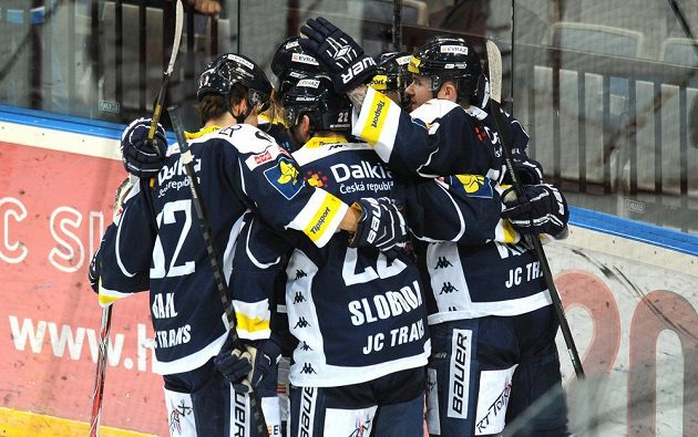 Hokejisté Vítkovic oslavují vyrovnávací gól na 1:1 v duelu se Slavií.