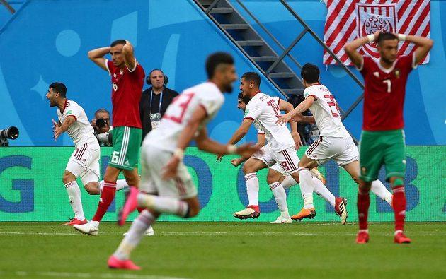 Íránská radost, marocký zmar. Zápas skupiny B fotbalového MS rozhodl v nastavení vlastní gól. Írán slaví výhru.