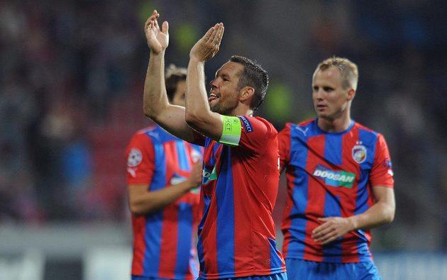 Kapitán Viktorie Pavel Horváth (uprostřed) děkuje fanouškům za podporu po skončení úvodního duelu play off Ligy mistrů s Mariborem. Vpravo plzeňský obránce David Limberský.