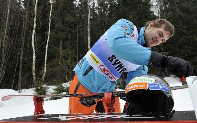 Skifař Ondřej Synek si v Harrachově pečlivě připravuje nádobíčko pro exhibiční závod v obřím slalomu.