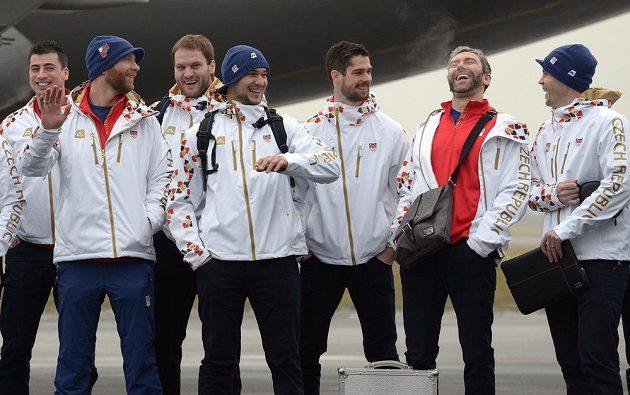 Před odletem do Soči společně pózovali Tomáš Kaberle (zleva), Jiří Novotný, Michal Barinka, Jakub Kovář, Alexander Salák, Petr Nedvěd a Lukáš Krajíček.