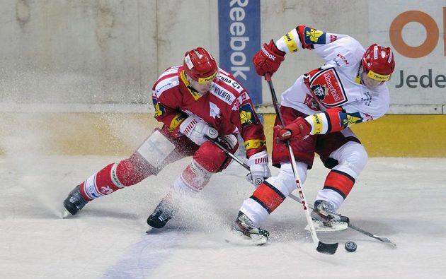 Třinecký zadák Josef Hrabal (zleva) a Tomáš Knotek z Hradce Králové v utkání druhého kola hokejové Tipsport extraligy.