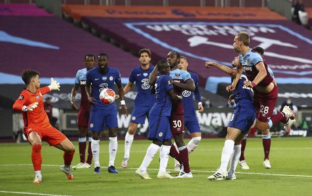 Gól! Tomáš Souček střílí hlavou gól do sítě Chelsea v londýnském derby. West Ham vyhrál důležitý zápas 3:2.