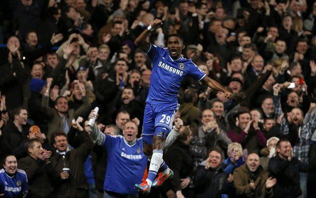 Hrdinou utkání mezi Chelsea a Manchesterem United se stal Samuel Eto'o. Kamerunský útočník vstřelil hattrick.