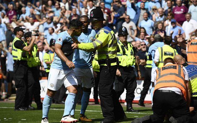 Hráče Manchesteru City musela po vítězném gólu proti Bournemouthu krotit police. Plný vášní byl zejména Sergio Agüero.