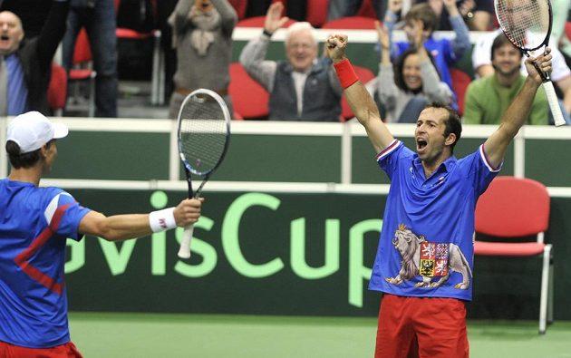 Tomáš Berdych (vlevo) a Radek Štěpánek se radují z deblového vítězství nad Nizozemskem.