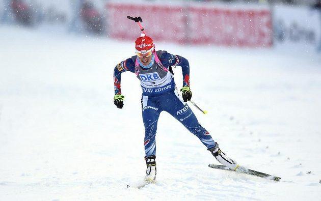 Veronika Vítková se prodírá chumelenicí ve stíhacím závodu ve Vysočina Areně v Novém Městě na Moravě.