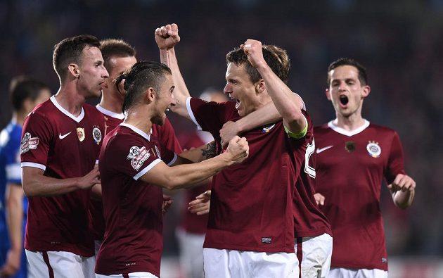 Fotbalisté Sparty Praha Lukáš Vácha a David Lafata oslavují čtvrtý gól v utkání proti Liberci.