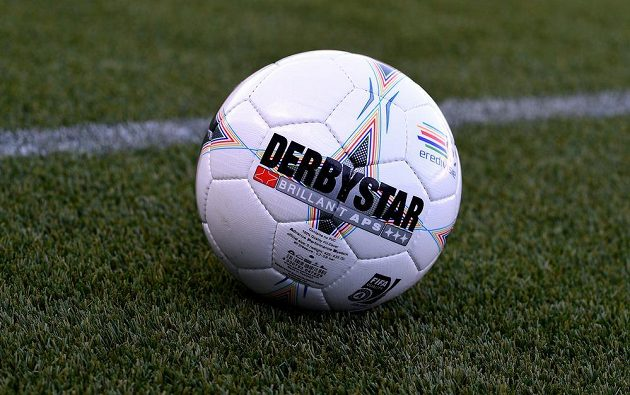 S tímhle balónem bude Sparta ve Zwolle hrát. Derbystar na umělou trávu.