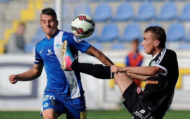 Liberecký záložník Michal Obročník (vlevo) a Jiří Mareš z Příbrami bojují o míč.