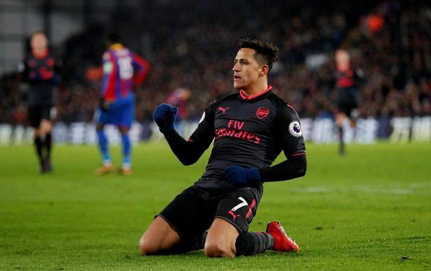 Alexis Sánchez z Arsenalu oslavuje svůj druhý gól v utkání proti Crystal Palace.