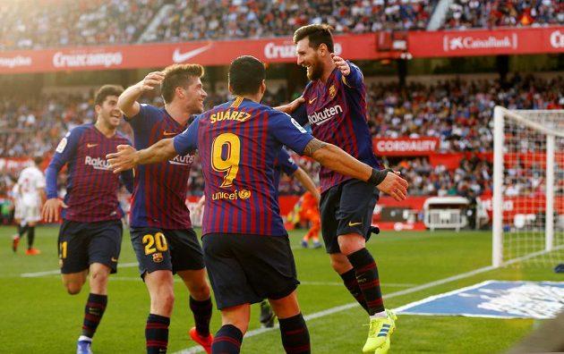 Barcelonští fotbalisté se radují z branky