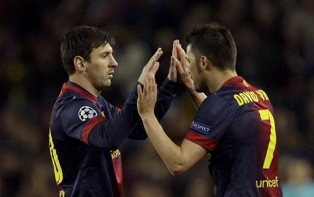 Hvězdný Lionel Messi (vlevo) přišel na trávník duelu proti PSG až za nepříznivého stavu 0:1, ale právě po jeho akci s Davidem Villou (vpravo) padl vyrovnávací a postupový gól Barcelony.