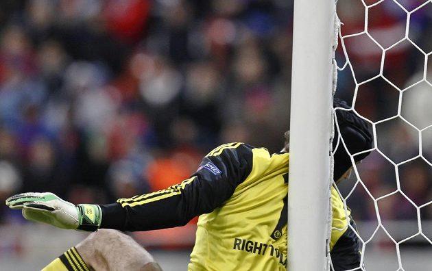 Brankář Chelsea Petr Čech narazil do tyče v utkání Ligy mistrů proti Steaue Bukurešť.