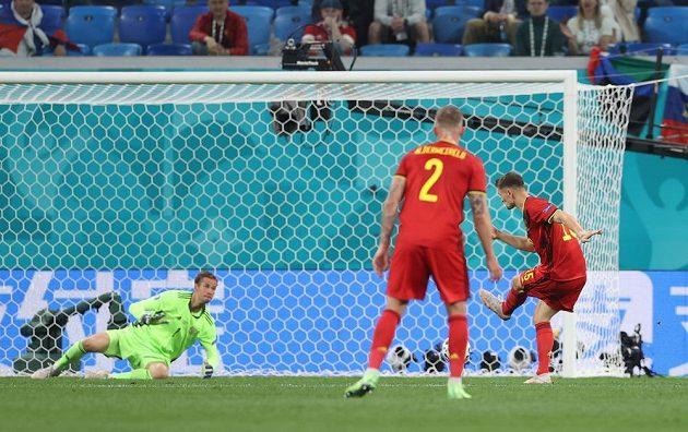 Belgičan Thomas Meunier (vpravo) dává gól Rusům.