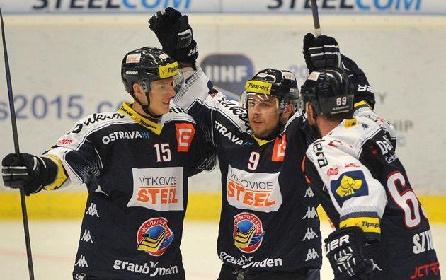 Vítkovičtí hráči (zleva) Erik Němec, Jan Káňa (autor branky) a Roman Szturc se radují z prvního gólu proti brněnské Kometě.