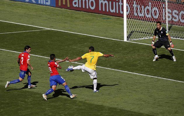Brazilec Hulk střílí gól proti Chile, který ale kvůli hraní rukou nebyl uznán.