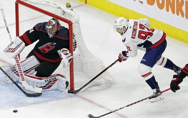 Český gólman Caroliny Hurricanes Petr Mrazek likviduje šanci ruského útočníka Kuzněcova v utkání 1. kola play off NHL.