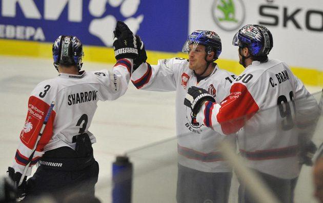 Hokejisté Eisbärenu slaví gól v síti Zlína. Zleva Jimmy Sharrow, střelec gólu T. J. Mulock a Constantin Braun.