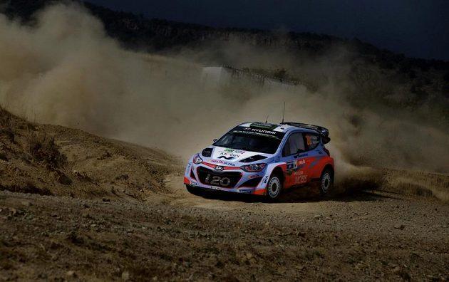 Hayden Paddon z Nového Zélandu na trati Mexické rallye se strojem Hyundai i20 WRC.