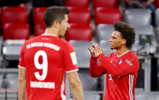 Mistrovský Bayern Mnichov vstoupil do nové sezony německé fotbalové ligy demolicí Schalke, které před prázdnými tribunami svého stadionu porazil 8:0. Jednu z branek slaví Leroy Sané.