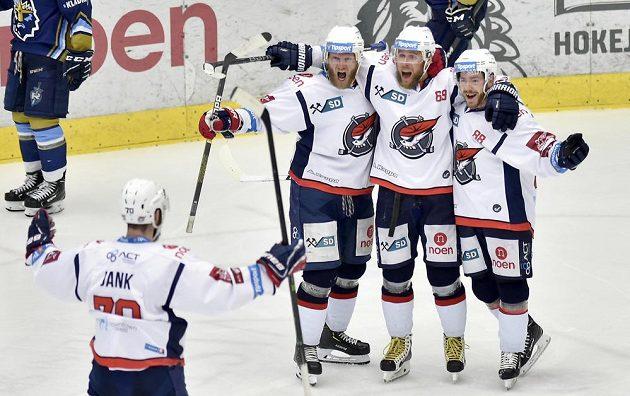 Hokejisté Chomutova se radují z gólu v barážovém duelu s Kladnem.
