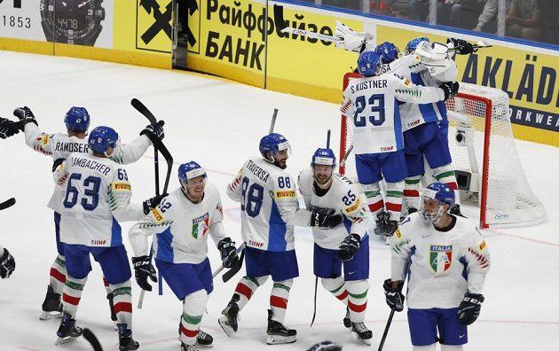 Hokejisté Itálie slaví záchranu mezi elitou. Padáka dostalo Rakousko.