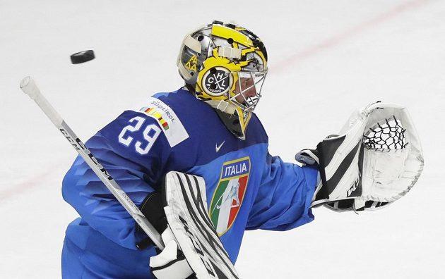 Brankář italské hokejové reprezentace Davide Fadani v akci na MS 2021.