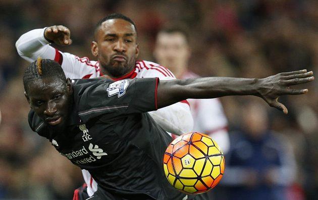Mamadou Sakho (vpředu) z Liverpoolu v souboji s Jermainem Defoem ze Sunderlandu.